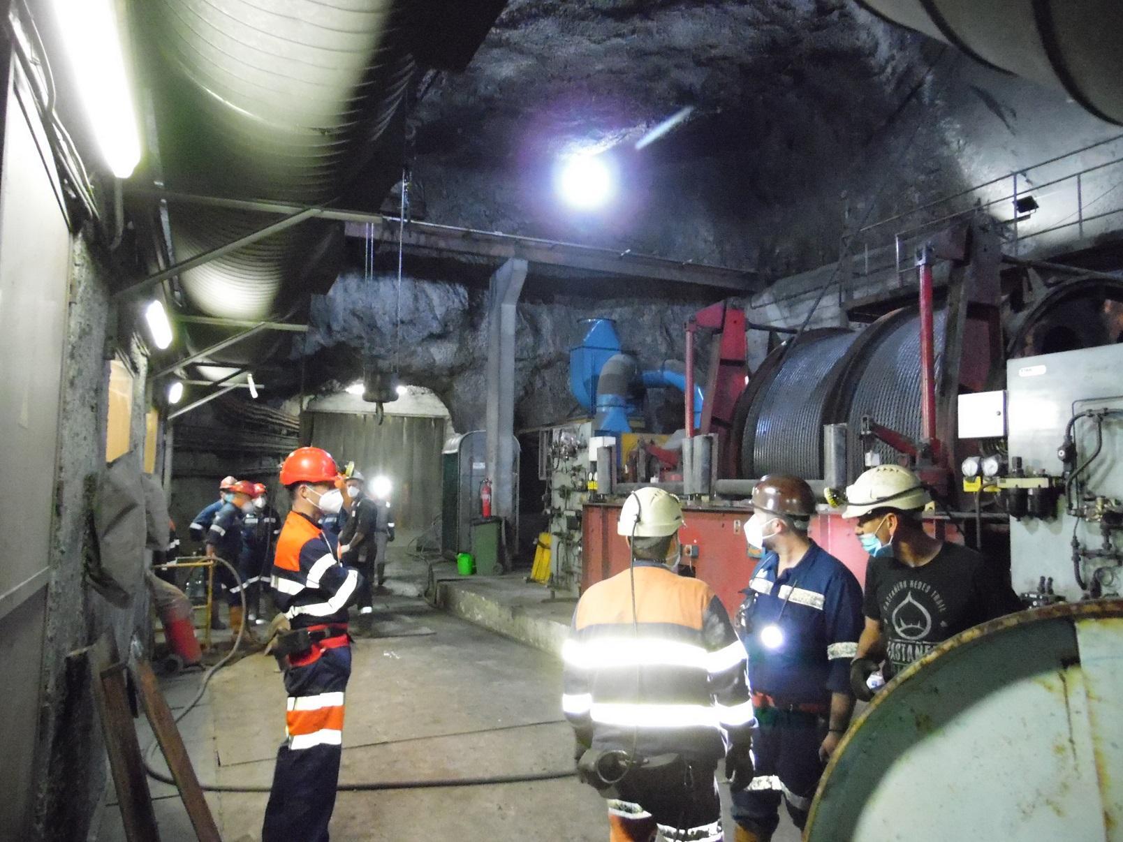 Tecnicos de Hunosa durante los trabajos en el pozo luso